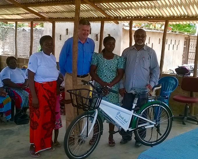 Ambassador Carlos delivering a bicycle in Homoine town